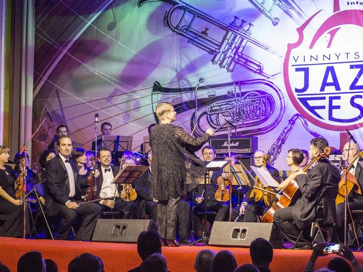 На відкритті джаз-фесту диригент львівського оркестру доручив вінничанці керувати своїми музикантами - фото 1