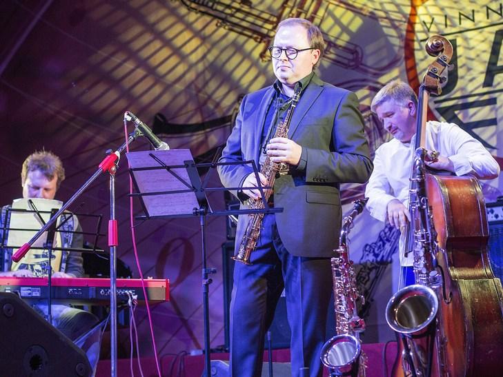 На відкритті джаз-фесту диригент львівського оркестру доручив вінничанці керувати своїми музикантами - фото 13