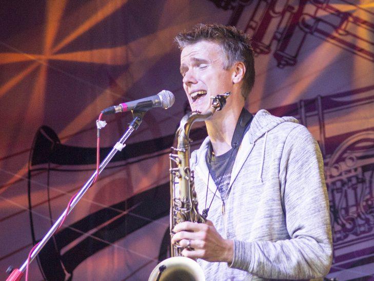 У Вінниці американський джазмен грав на саксофоні і співав одночасно  - фото 8