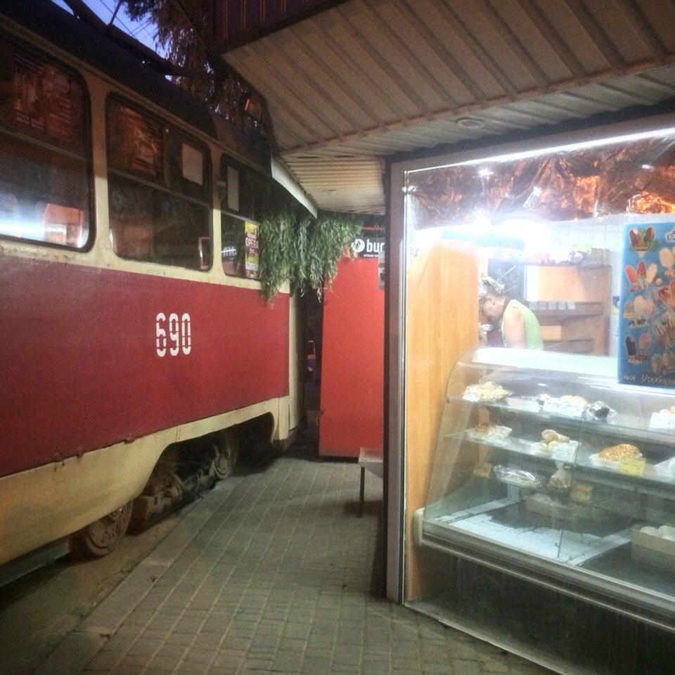 На Салтівці трамвай ледь не в'їхав у кіоск  - фото 1