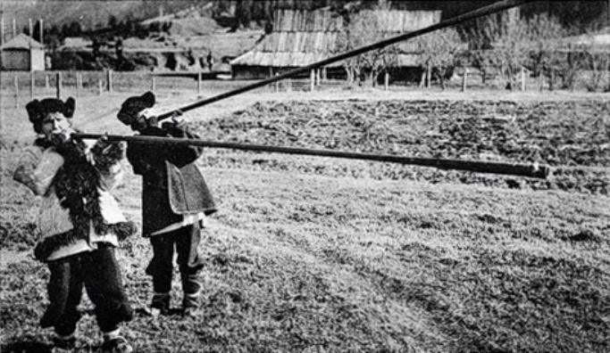 Ігри з покійниками і бігання голяка: Яких дивних звичаїв дотримувалися гуцули - фото 1