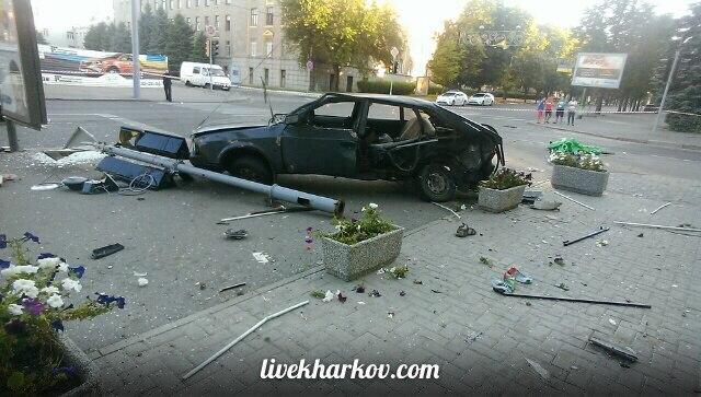Опубліковані фото з місця страшної аварії з копами у Харкові  - фото 4