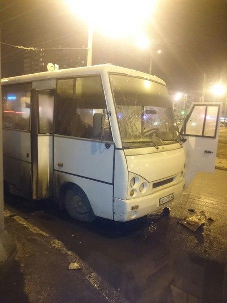 У Харкові на зупинці спалахнула маршрутка  - фото 4