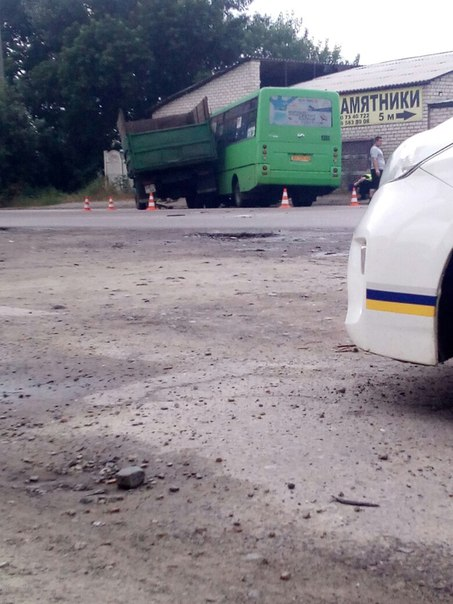 У Харкові вантажівка без гальм влетіла у автобус  - фото 2
