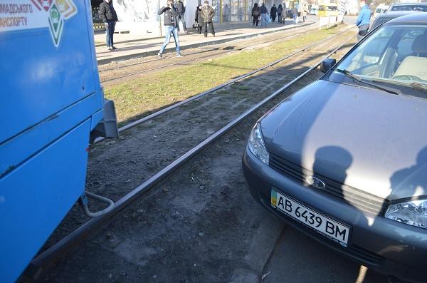 """У Вінниці з трамвайної колії знов віднесили """"горе-паркувальника"""" - фото 4"""