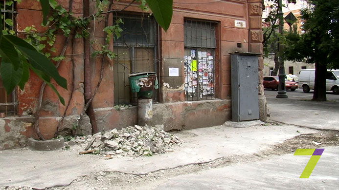 В Одесі впала фасадна частина будинку: є постраждалі - фото 2