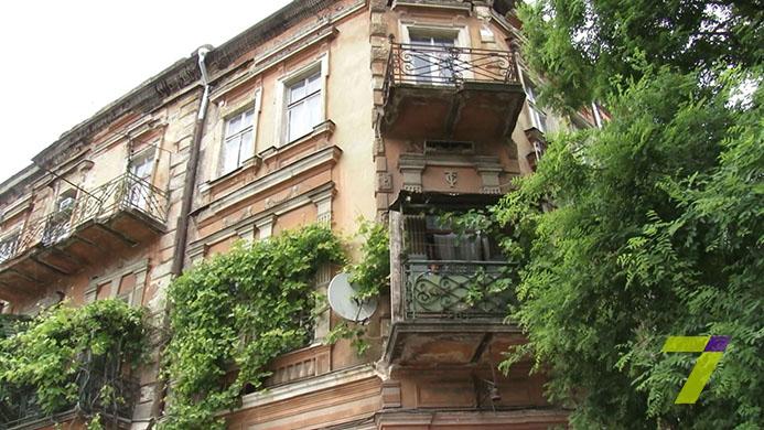 В Одесі впала фасадна частина будинку: є постраждалі - фото 1
