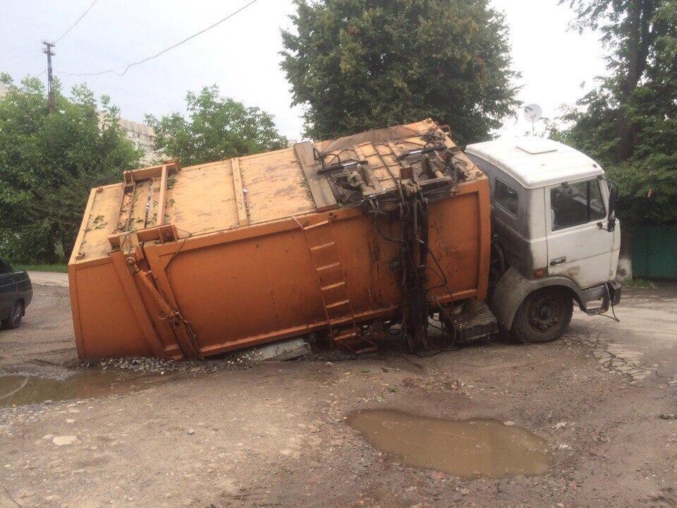 У Харкові вантажівка пішла під землю  - фото 3