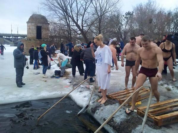 В гірську річку та в ополонку - де та як вінницькі ВІПи купалися на Водохреща   - фото 5