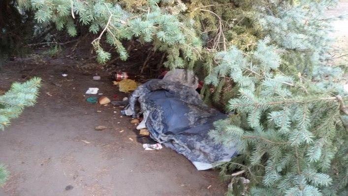 Мелітопольські безхатченки облаштували табір біля управління СБУ - фото 1