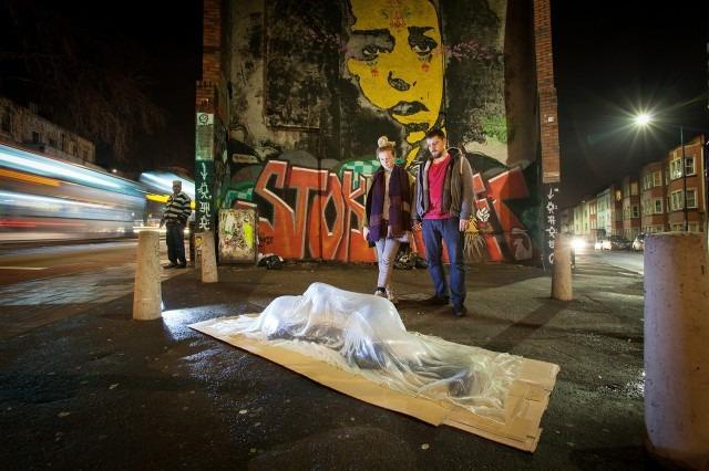 У Британії на вулицях з'явилися скляні скульптури безхатченків  - фото 1