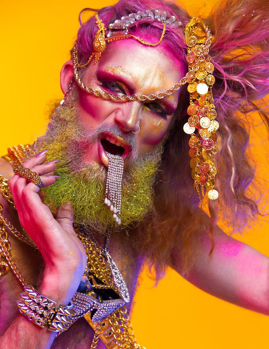 Як брутальний бородань вивільняв альтер-его за допомогою макіяжу та блискіток  - фото 4