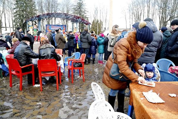 Як на Росії святкували Масляну в болоті  - фото 1