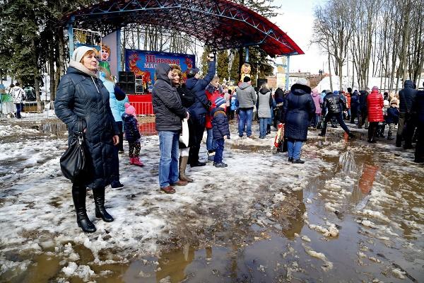 Як на Росії святкували Масляну в болоті  - фото 2