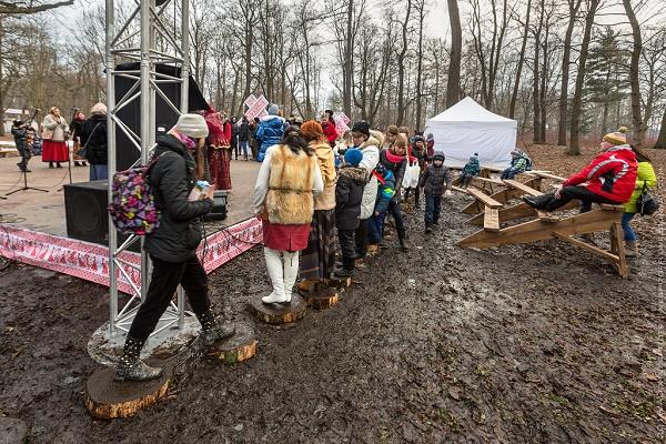 Як на Росії святкували Масляну в болоті  - фото 8