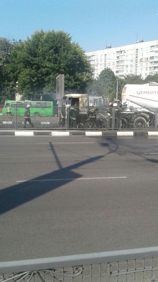 На проспекті Гагаріна спалахнув цементовоз: опубліковане відео (ВІДЕО, ФОТО)  - фото 4