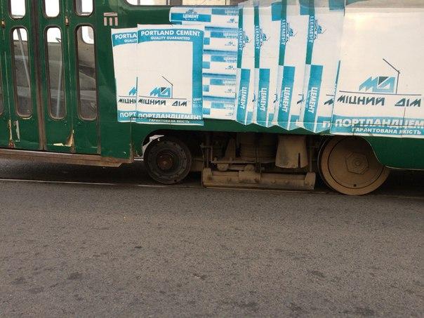 У Харкові трамвай на ходу втратив колесо - фото 2