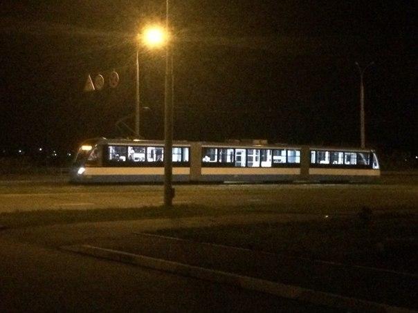 Вінничани сфотографували нічний тест-драйв нового трамваю  - фото 1
