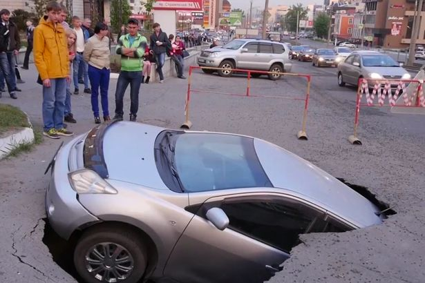 На Росії авто зненацька провалилося під землю - фото 2