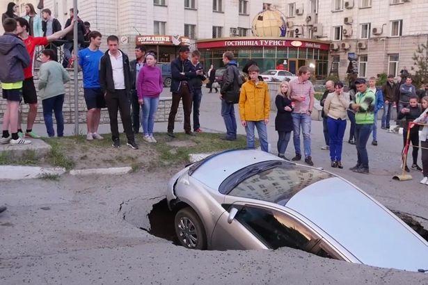 На Росії авто зненацька провалилося під землю - фото 1