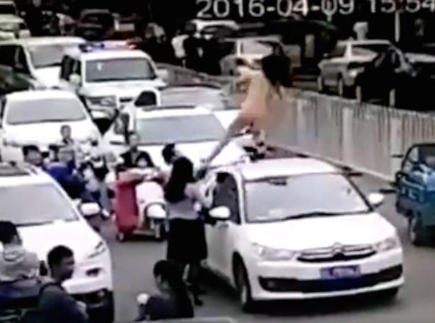 Китаянку, яка танцювала голою на машині, жорстоко скинули на дорогу - фото 1