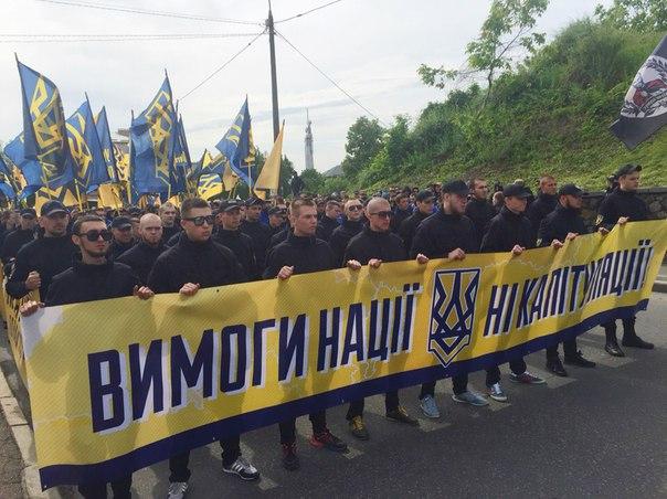 """У Києві на марші """"Вимоги нації"""" почалися заворушення. Запалали шини - фото 1"""