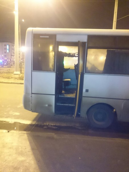 У Харкові на зупинці спалахнула маршрутка  - фото 3
