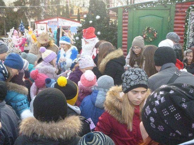 Вінницький Дід Мороз пограв в солодкі шашки зі Святим Миколаєм - фото 3