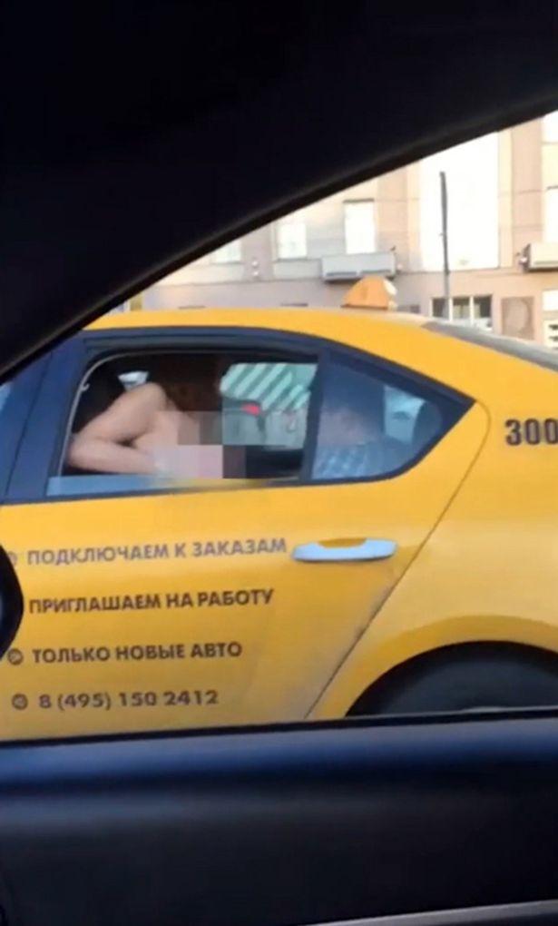 Як у Москві дівчина показувала цицьки водіям - фото 1