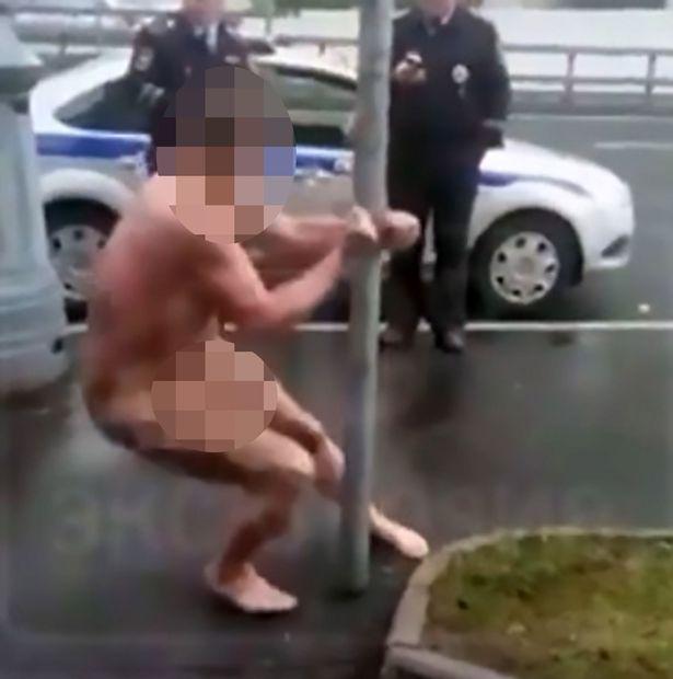 Голий чоловік у Москві станцював стриптиз і рухнув під ноги копам - фото 2