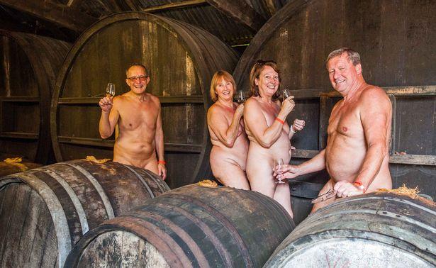 Як 300 голих британців дудлили сидр на природі - фото 5