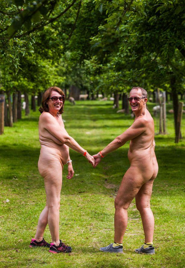 Як 300 голих британців дудлили сидр на природі - фото 4