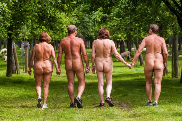 Як 300 голих британців дудлили сидр на природі - фото 2