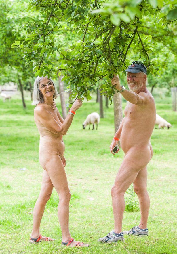 Як 300 голих британців дудлили сидр на природі - фото 1