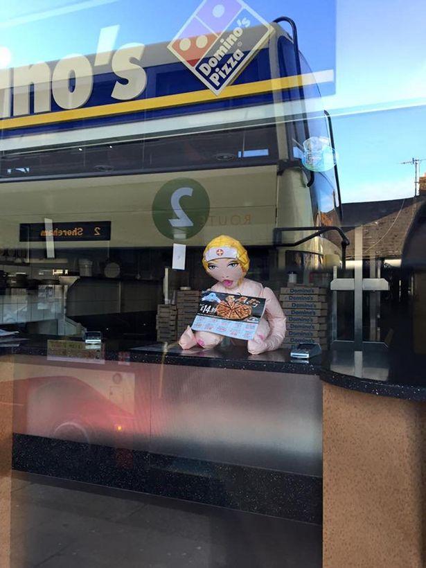 Domino's Pizza вибачилася за те, що меню покупцям пропонувала секс-лялька  - фото 1