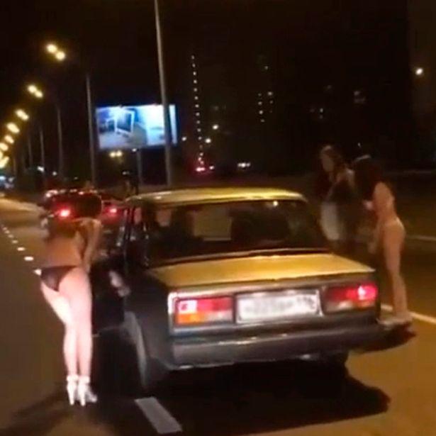 Як напівголі росіянки випрошували у водіїв гроші на одяг - фото 1