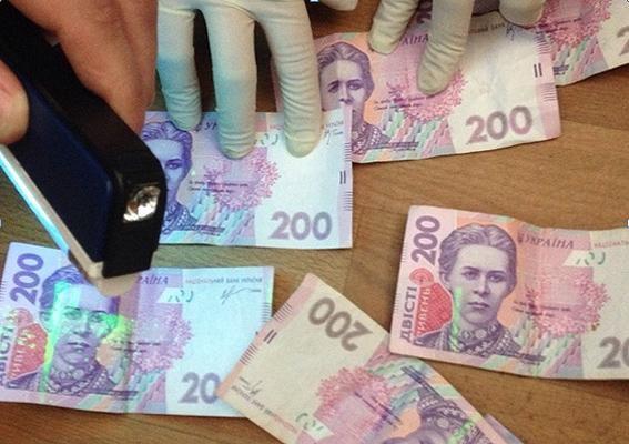 Спійманий на хабарі чиновник міграційної служби намагався з'їсти гроші - фото 2