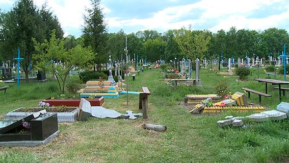 На Вінниччині колишній зек розтрощив кладовище - фото 3