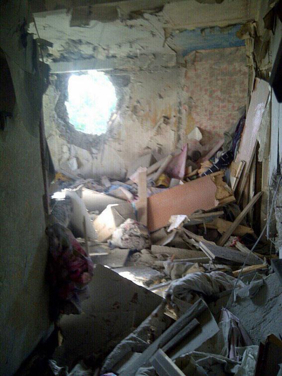 Бойовики вгатили по Красногорівці: 5 квартир зруйновано, поранена жінка (ФОТО) - фото 3