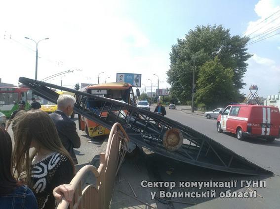 У Луцьку маршрутка на швидкості врізалась у рекламний щит: є поранені - фото 3