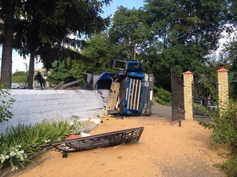 На Вінниччині, перекинувшись на вантажівці, загинув чернівчанин - фото 1