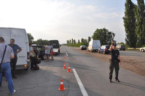 На Миколаївщині зіштовхнулись легковик та мікроавтобус: постраждали діти - фото 4