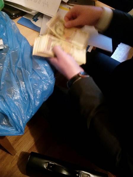 """Затримано чиновників КМДА і ДСНС, які обклали """"даниною"""" столичні АГЗС - фото 1"""