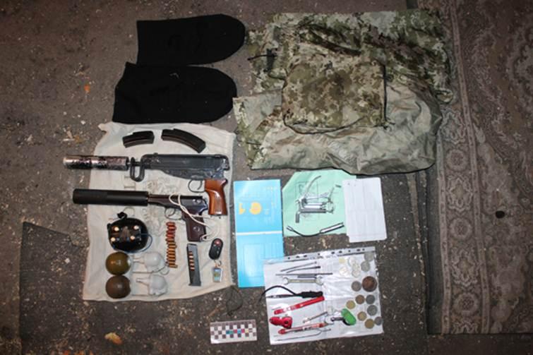 У вінничанина знайшли зброю, балаклави та вибухівку - фото 1