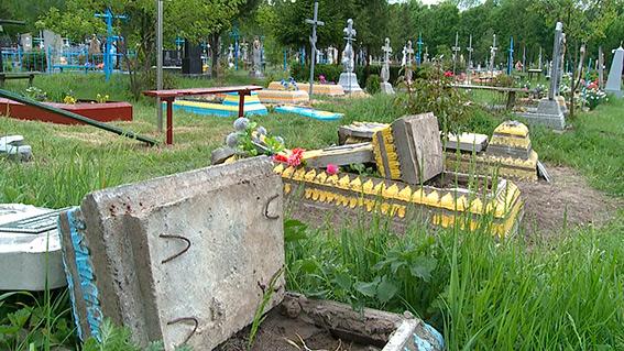 На Вінниччині колишній зек розтрощив кладовище - фото 2