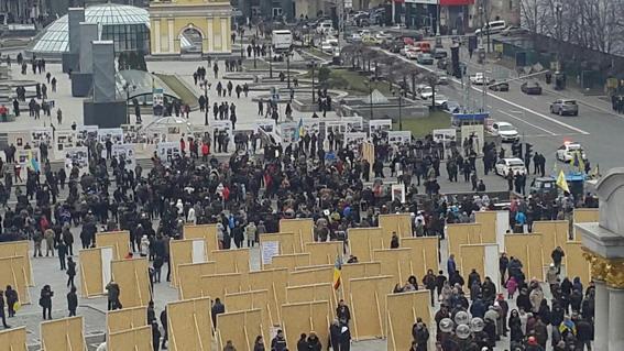 У Києві учасники масових заходів перекрили рух транспорту Хрещатиком - фото 1