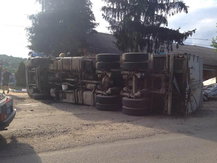 На Вінниччині, перекинувшись на вантажівці, загинув чернівчанин - фото 2