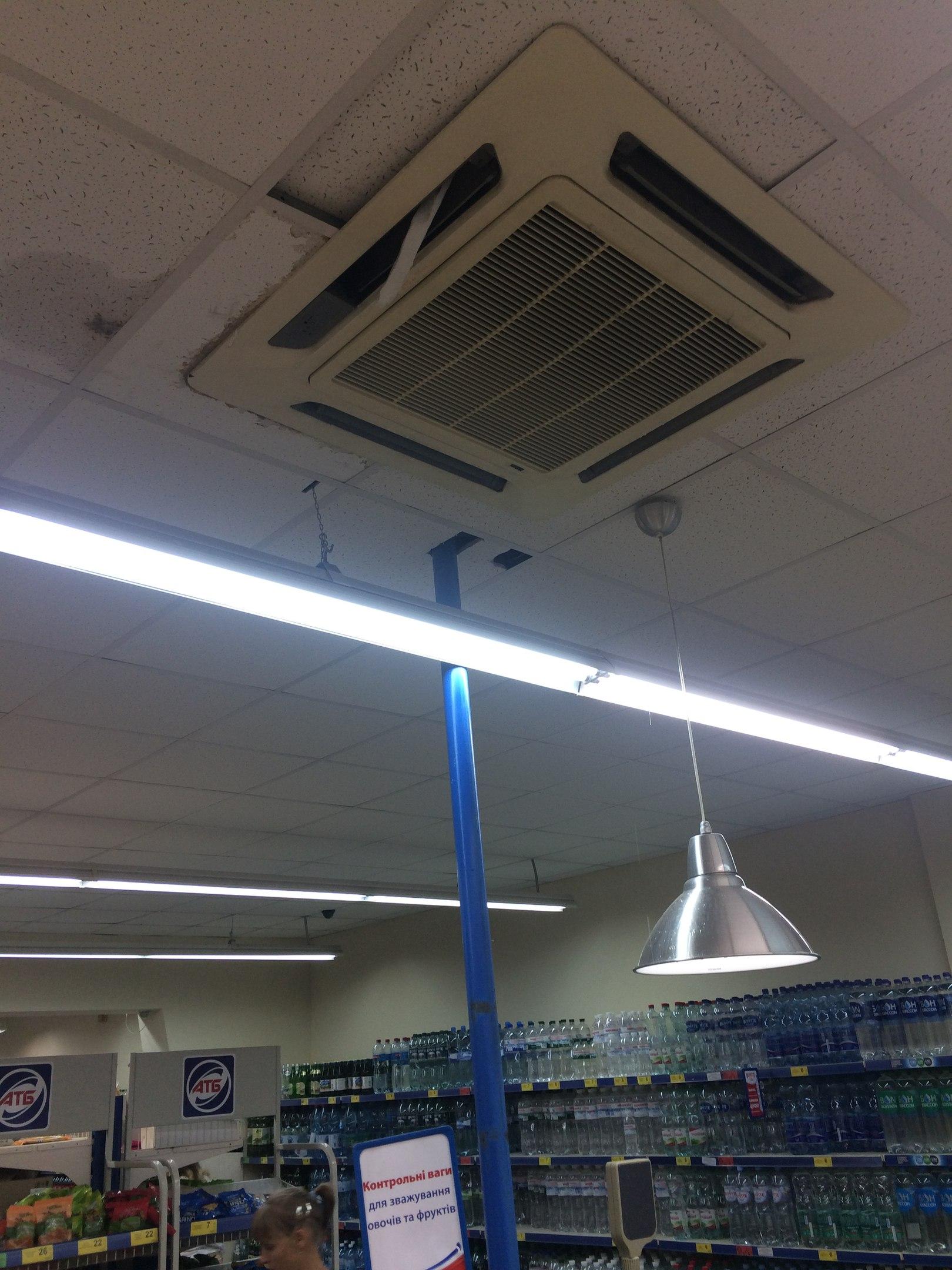 У миколаївському супермаркеті на голови людям падає крига