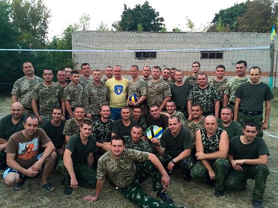 Вінницькі правоохоронці збудували для дітей Краматорська волейбольну площадку - фото 1