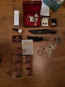 Антикорупційна операція в прокуратурі: Килим з грошей, дорогі прикраси та пістолет (ФОТО) - фото 8